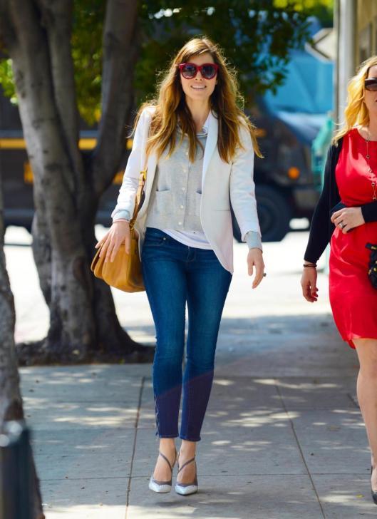 Jessica Biel passeggia sorridente Lo street style dei vips