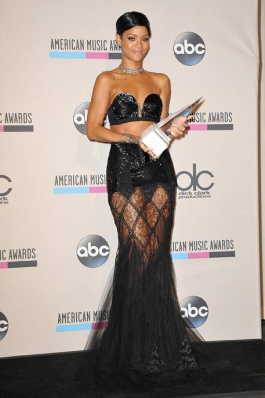 ama-2013-rihanna-in-jean-paul-gaultier-couture