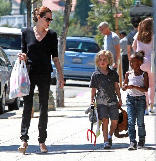 Shiloh-Jolie-Pitt-Zahara-Jolie-Pitt-shop-LA-Angelina-Jolie
