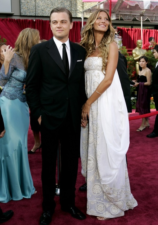 - PHOTO TAKEN 27FEB05 - Oscar nominee Leonardo DiCaprio (L) and model Gisele Bundchen arrive for the..